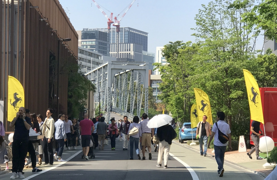 黄色いフェラーリの旗が通りに並ぶ