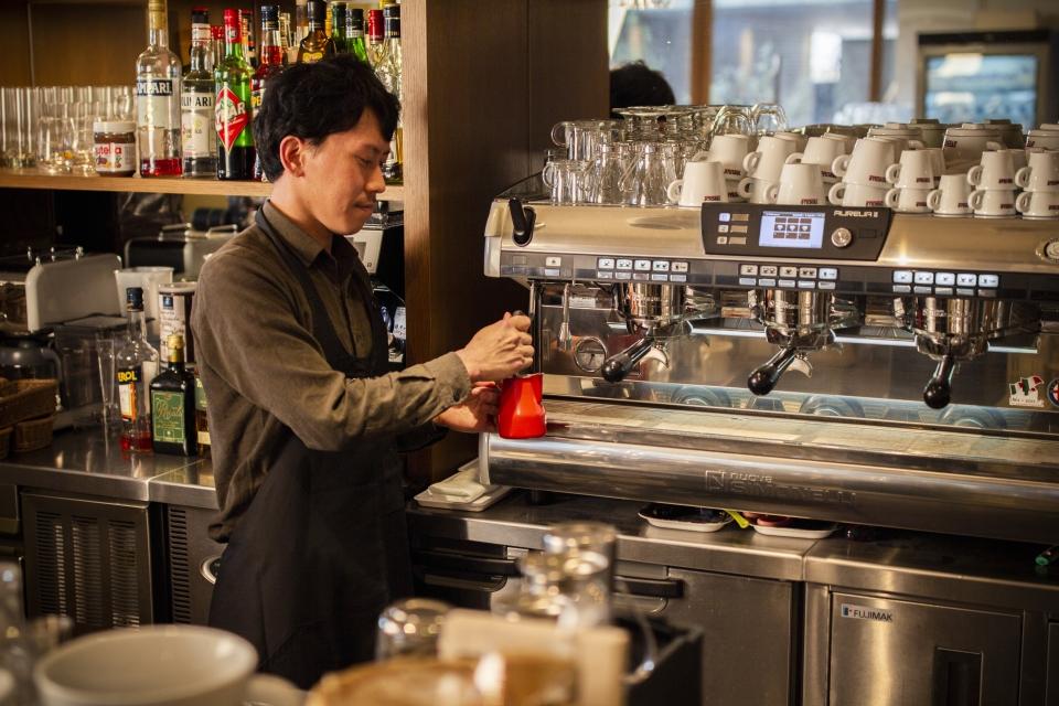 店長でバリスタの萩田竜二さん。エスプレッソ・マシンはシモネリ社のもの