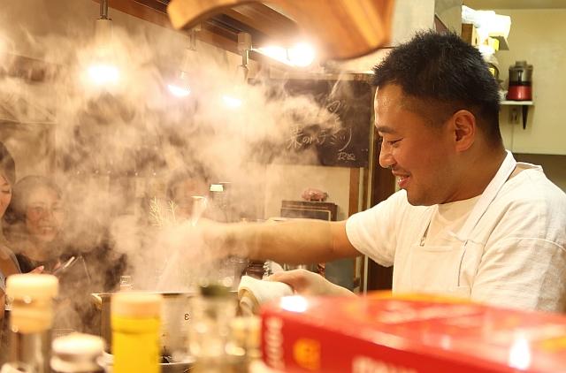 キッチンで料理をするシェフの高山大