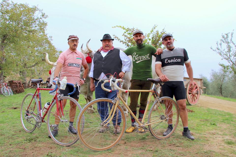 2台の自転車の前でポーズを決める外国人4人