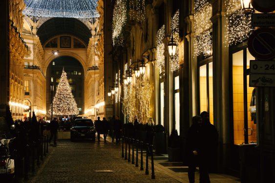 ライトアップされたミラノの街中の様子