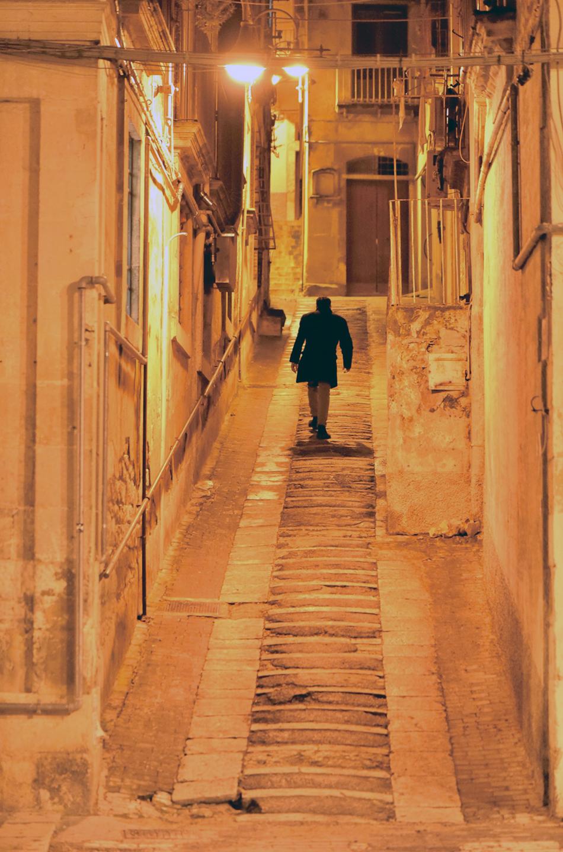 モディカの階段を上がる男性