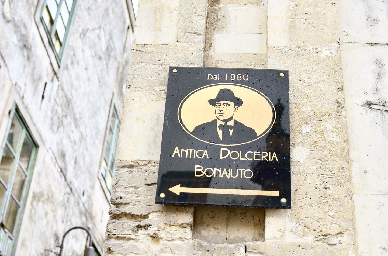 シチリア島最古のチョコレート工場『ANTICA DOLCERIA BONAJUTO』の目印の看板