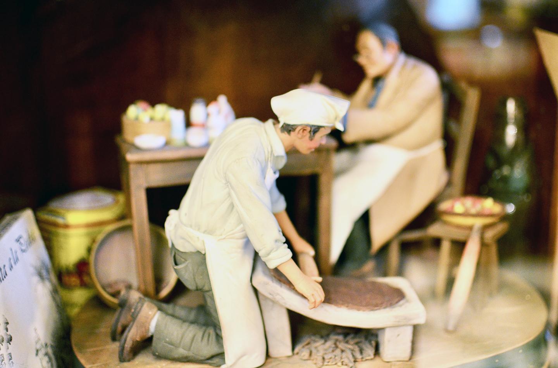 METATE(メターテ)を使ってカカオを加工する過程を再現した味のあるミニチュア