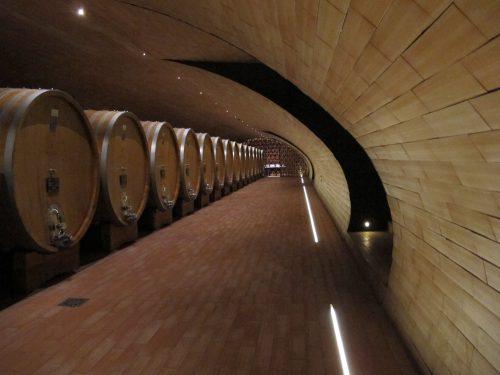 イタリアワインの名門アンティノリのワイン樽貯蔵庫