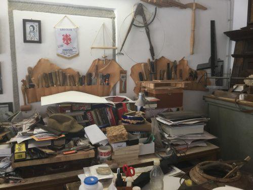 象嵌のスペシャリストであるレナート・オリヴァストリ氏の元には、イタリア国内外から100年、200年以上前の貴重な家具の修復依頼があり、地味で根気が必要である修復作業に携わりながら、彼は、象嵌に興味を抱き、技術を磨きました