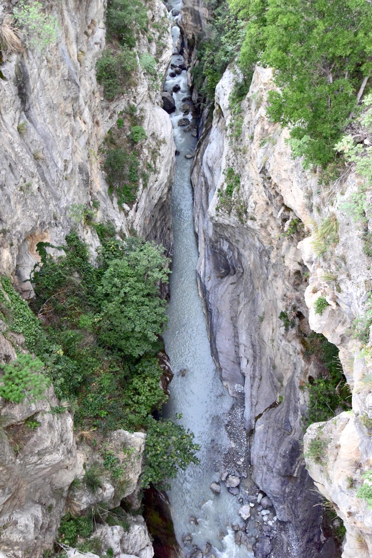 谷間に流れるラガネッロ川はキャニオニングの名所でもある