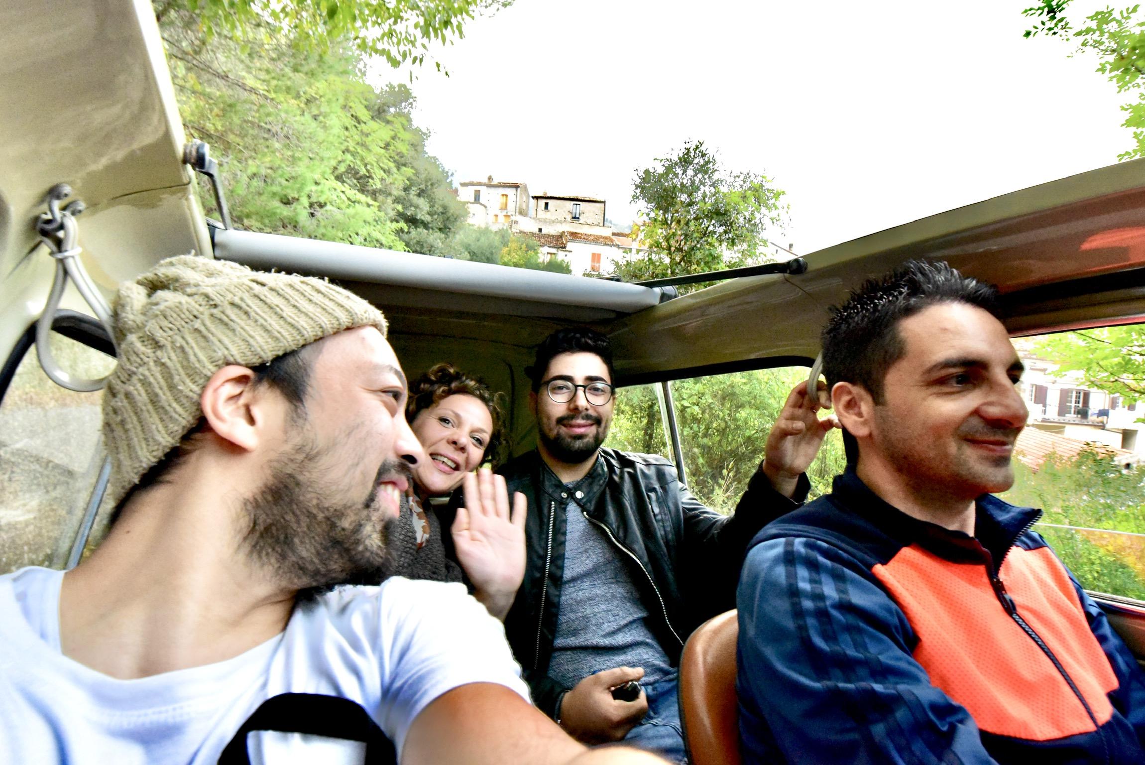 FIAT500に4人が乗り込み、チヴィタを散策