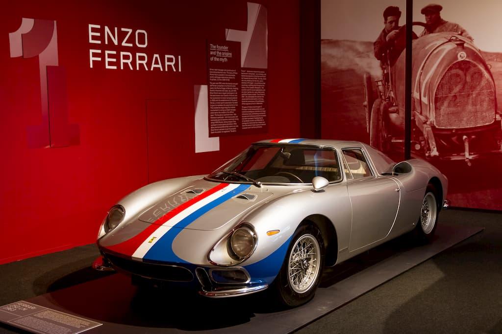 32台のみ作られた250LM。後ろの写真はドライバー時代の若きエンツォ・フェラーリ