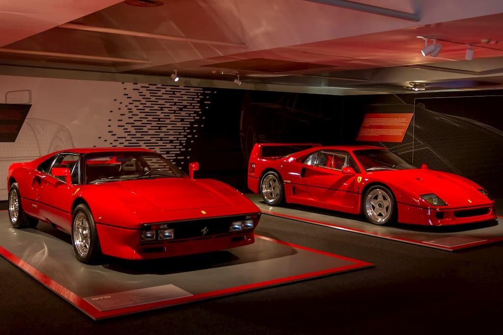 ハイパーカーの始祖となったGTO(左)とフェラーリ40周年記念モデルのF40(右)