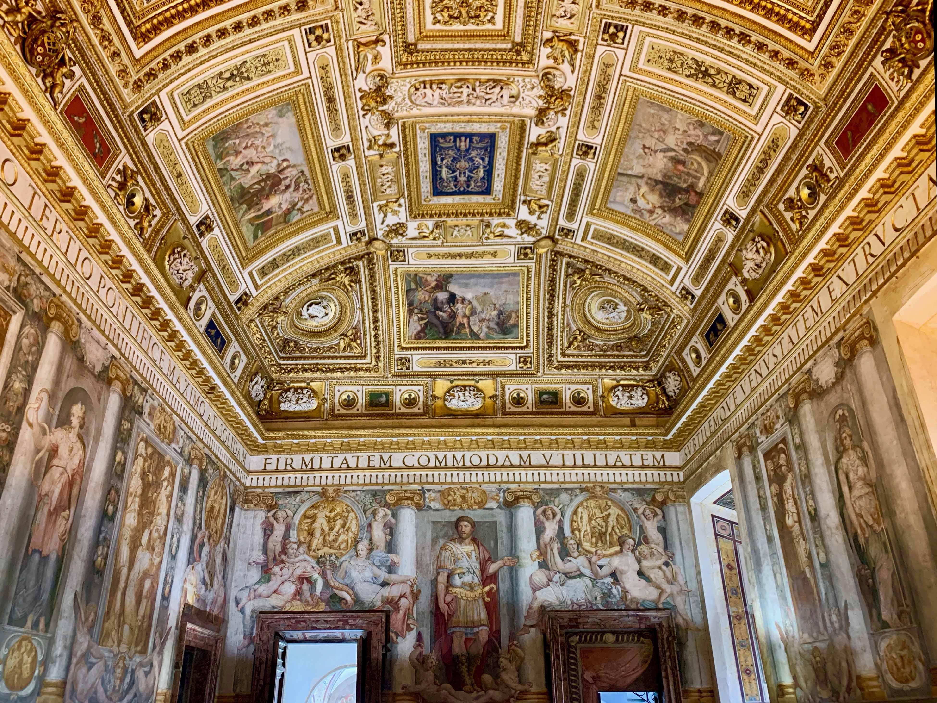 サンタンジェロ城は国立サンタンジェロ博物館となっていて、豪華なフラスコ画が描かれた16世紀に使われた教皇の部屋などを見学することができます
