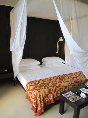 天蓋付きのベッドでリゾート気分が高まる