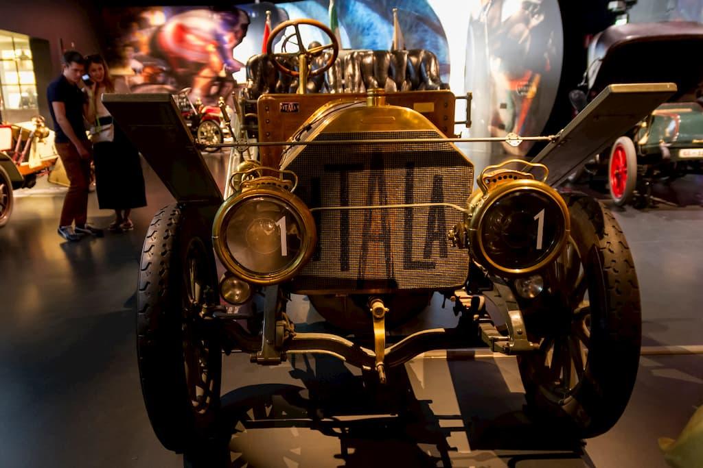 1907年製のITALA(イタラ)の35/45 HP。北京からパリまでを走破する超長距離レースに出場し、60日間で走り切って優勝したモデルそのもの