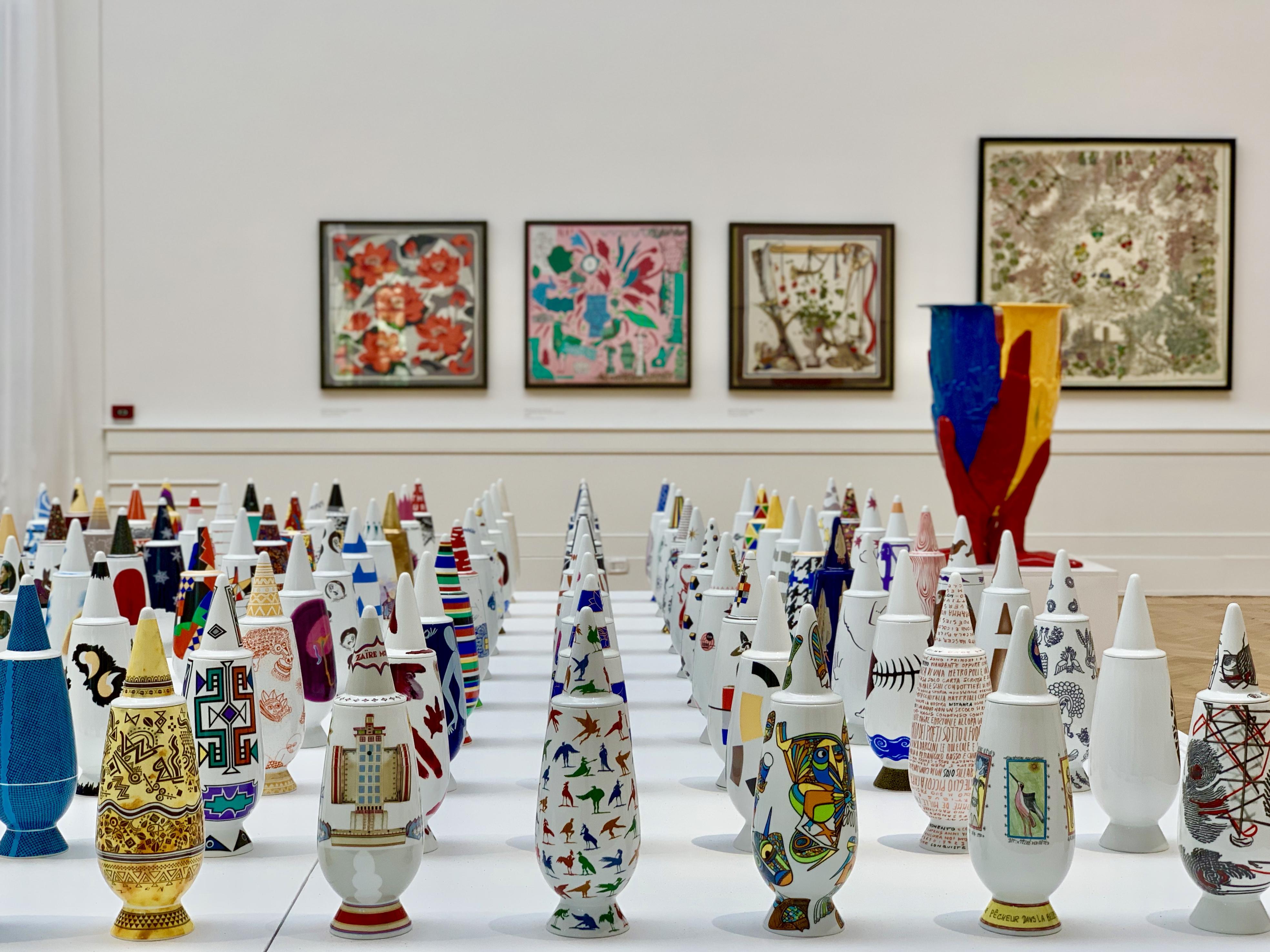 現在会期中の「ON THE FLOWER –The role of the vase in Arts, Crafts and Design.」コンテンポラリーアートと花瓶との関係性をテーマにした、彫刻、写真、絵画など約80作品が展示