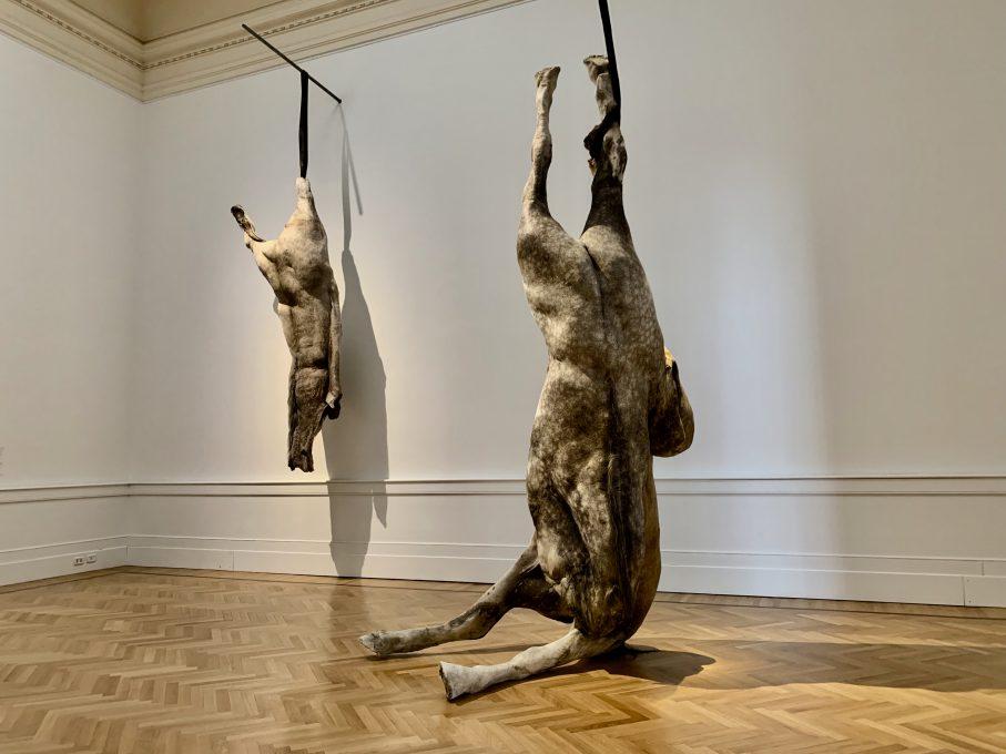 ベルギー出身のベリンデ・デ・ブリュッケレWE ARE FLESHのシリーズの中の一つ、首のない2頭の馬の作品