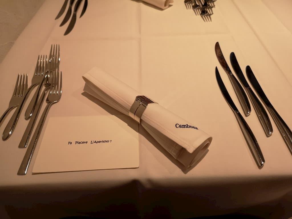 テーブルクロスがかかっていてドレスアップして訪れるようなお洒落なレストランなら、ナイフとフォークで手を汚さずに食べる方がスマート