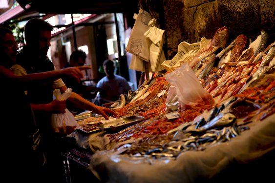 港町カターニャにはペスケリア(魚市場)があり、多くの人でにぎわっています