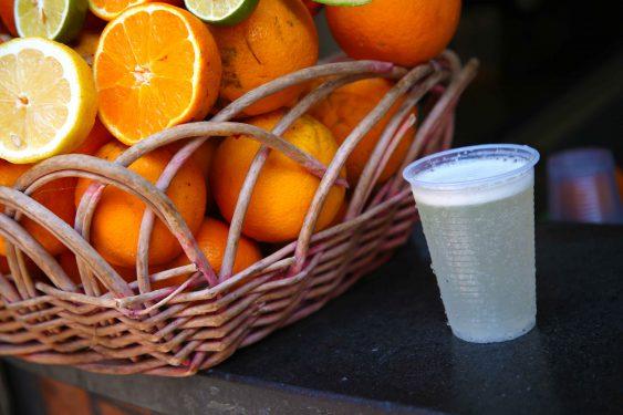 搾りたてのシチリアレモンを炭酸水で割り、塩を入れただけのシンプルな飲み物が「リモナータ・アル・サーレ」