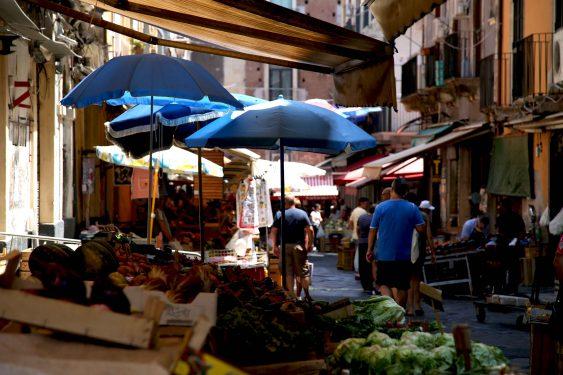 ペスケリアと隣接して青果市場や肉屋が並ぶ