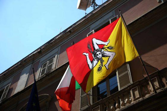 旗に描かれているのは「トリナクリア」と呼ばれるシチリアのシンボル。