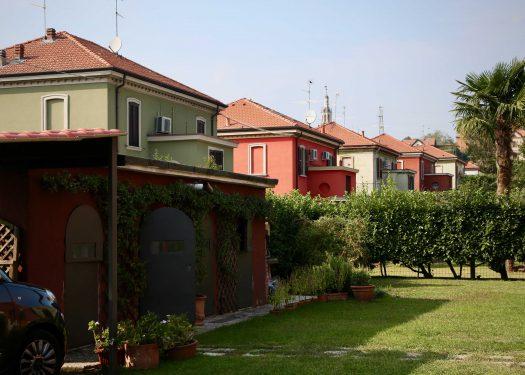 クレスピダッダの同じデザインの家が並ぶ、一般住宅