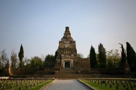 ラミッド型の墓は、クリスピ家の人々が眠っている墓で、ミラノのドォーモのファザードを手がけたガエターノ・モレッテによって建造