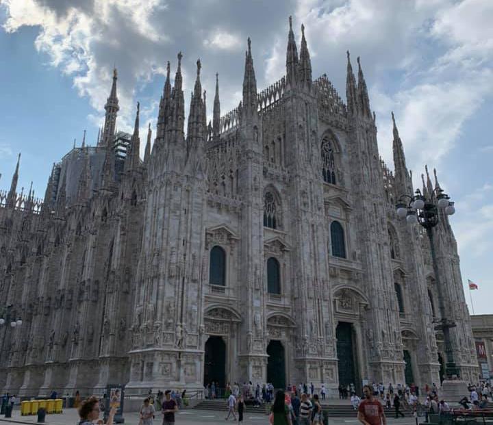 ミラノドゥオモは、ミラノを当時治めていたヴィスコンティ家当主 ジャン・ガレアッツォの「サン・ピエトロ大聖堂に匹敵する大聖堂を建てたい」という思いから1386年に着工。しかしやっと完成したのは、なんと500年後の1887年でした。