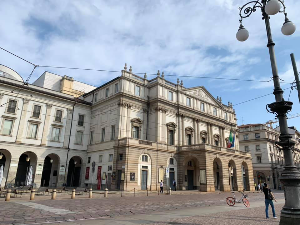 スカラ座に代表されるようにイタリア建築は外装がわりと質素な色づかいですが、中に入ると豪華絢爛