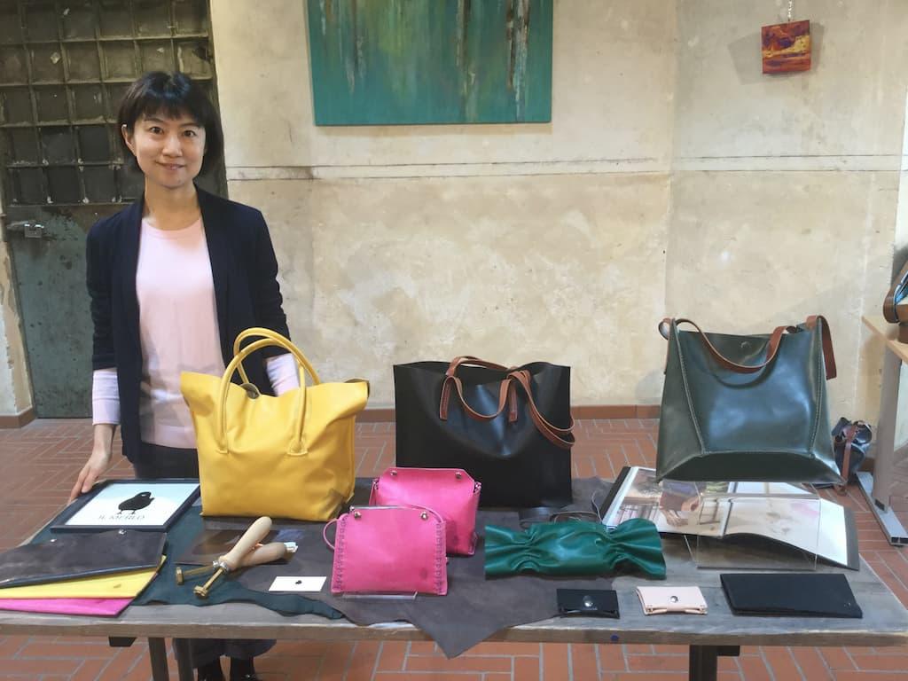 鞄職人の森田京子氏は、2013年秋、イタリアのフィレンツェに渡りました。翌年より伝統的な革の学校Scuola del Cuoioで鞄作りを学び、その後、鞄職人Dimitri Villoresiに師事。良質の鞄を、機械を一切使わず手縫いで製作し提供するという方法に共感。2015年末にIL MERLO Bagsを立ち上げ