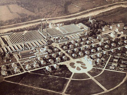 創業者のクリストフォロ・ベニーノ・クレスピとその息子のシルビオ・ベニーノ・クレスピはイギリスで成功を収めていたユートピアを見習い、この地に工業村を1878年に創設