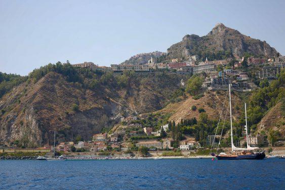 海越しに見える丘の上のタオルミーナ