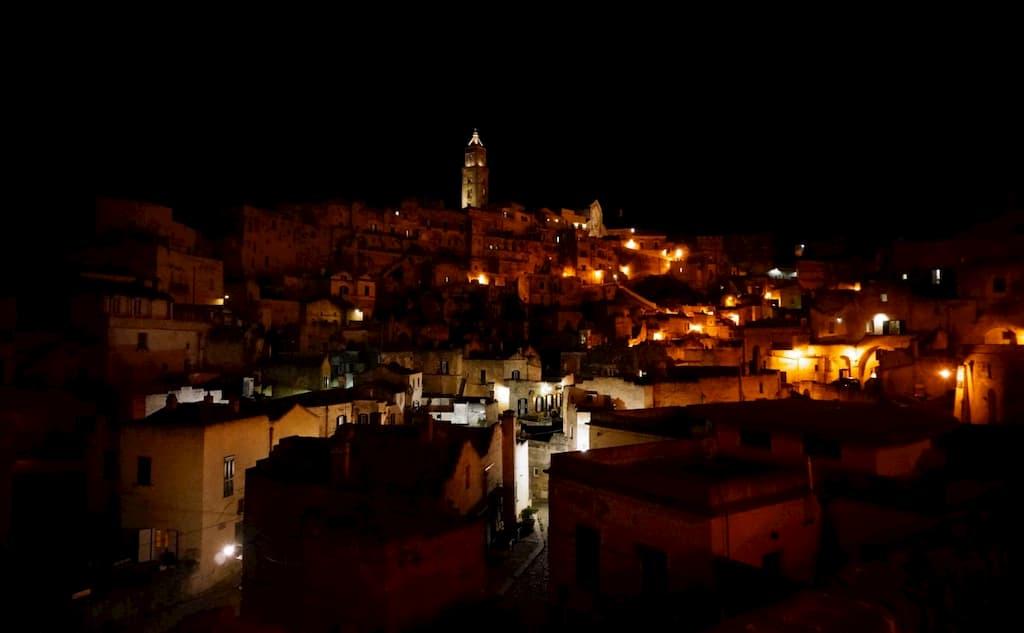 ライトアップされたマテーラの夜景は幻想的かつ妖艶