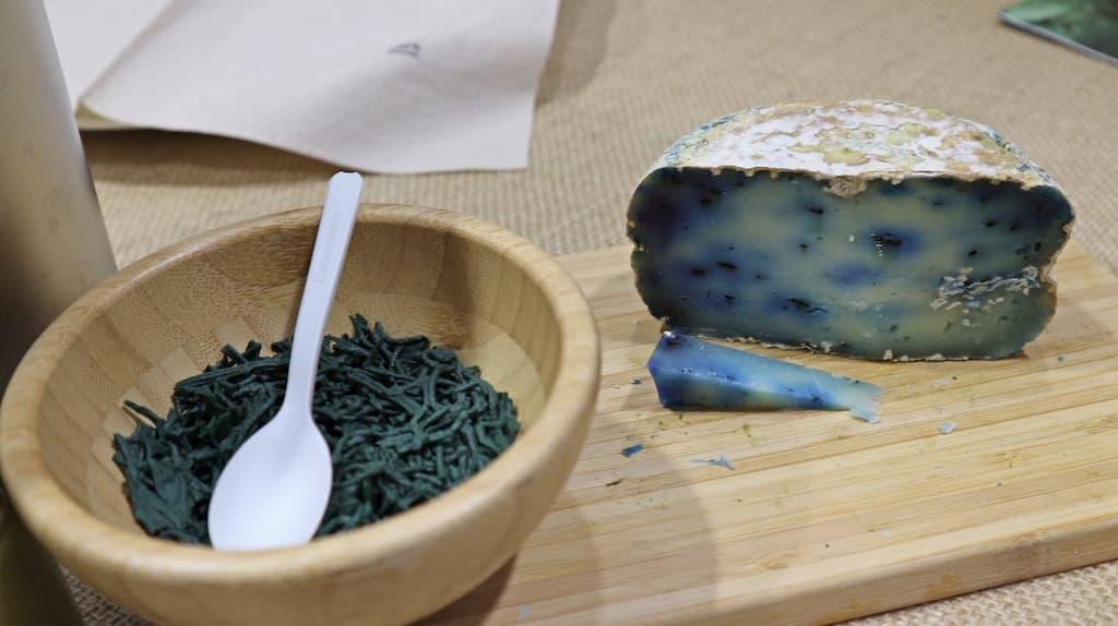 藍藻の一種スピルリナは食材に組み合わせるとブルー色になる