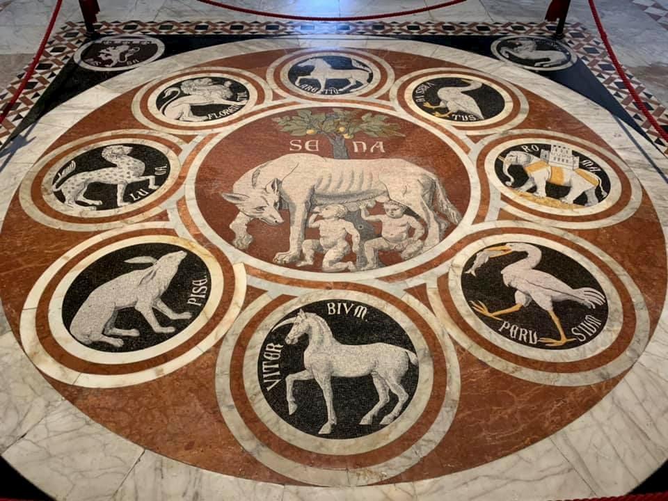 シエナのシンボル「オオカミと双子」が大理石で床に配される。