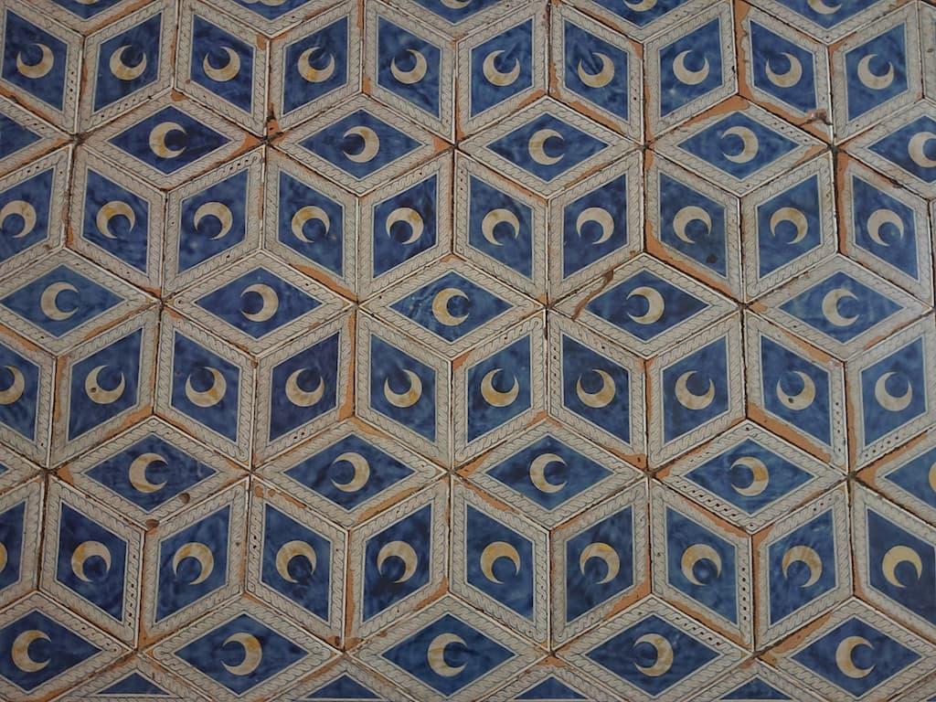 ピッコロミーニ図書館は貴族ピッコロミーニ家のもの。家紋である月が床に配される