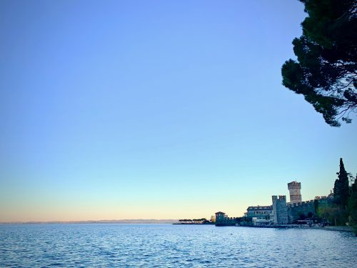 サローから車で約30分の場所にあるガルダ湖の代表的な街「シルミオーネ」