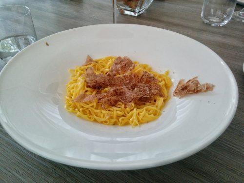 白トリュフを使った料理の定番、卵黄をたっぷり練りこんだ細切り麺「タヤリン」