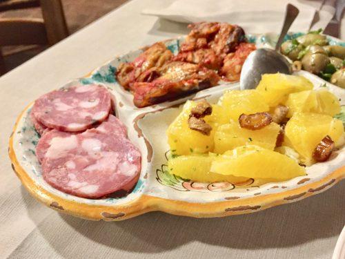 コース料理は地元産のオリーブやハムなどのアンティパスト、パスタなどのプリモ、肉料理のセコンド、さらにはデザートに至るまで、一皿に数点の料理が盛り付けられていて多彩な料理を楽しめます