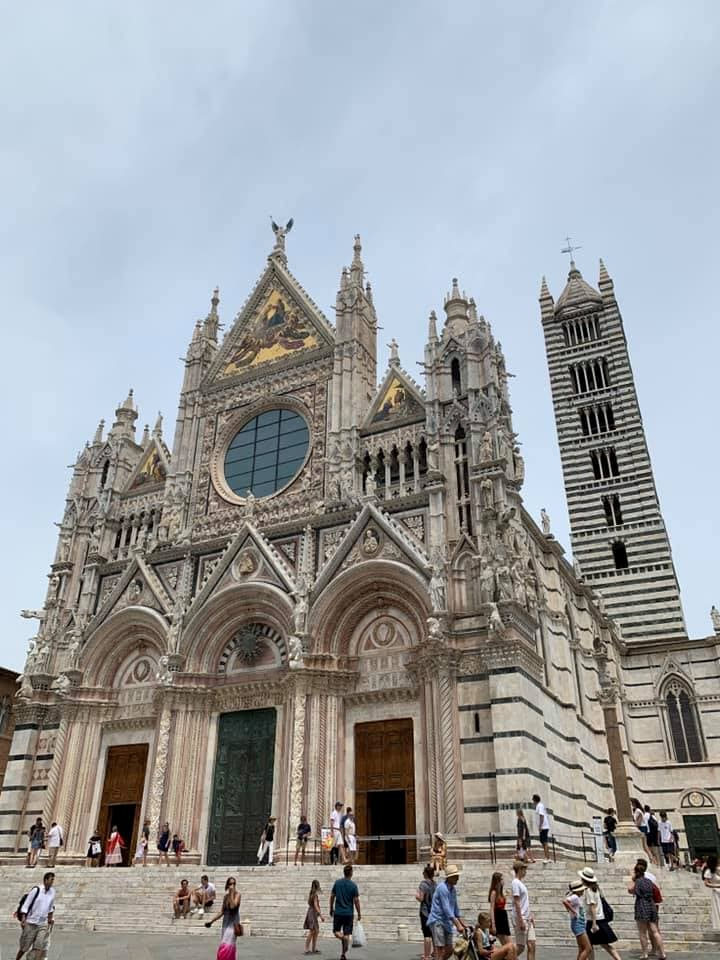 美しいシエナ大聖堂のファサード