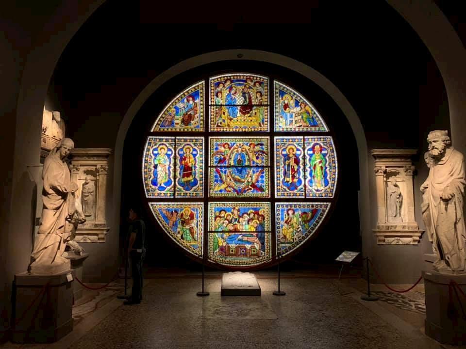 アッスンタのステンドグラスの本物はシエナ大聖堂付属美術館に保管・展示される