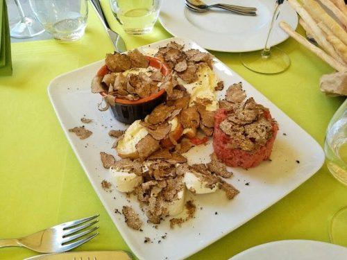 スフレ、牛生肉にオリーブオイルと塩こしょうを和えただけの「カルネ・クルーダ」なども人気