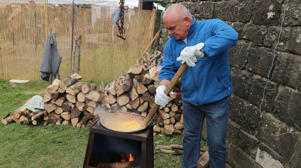 とうもろこしの粉をお粥状に煮た料理でイタリアではポピュラーな料理がポレンタ
