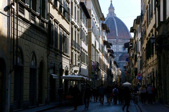 フィレンツェでもっとも高い建物がドゥオーモ。離れた路地からもその存在を感じることができる