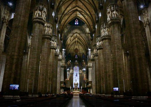 ミラノのドゥオーモの5廊式の内観には、建物を支える76本の柱が存在
