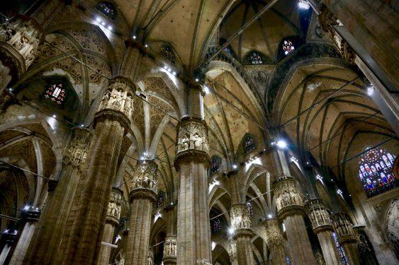 ミラノのドゥオーモの中に入り、天井を見上げると美しい彫刻やステンドグラスが目に入ります。