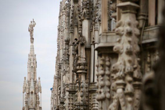 ミラノのドゥオーモの108mの場所にそびえる黄金のマリア像など3,500にも及ぶ彫刻の数々