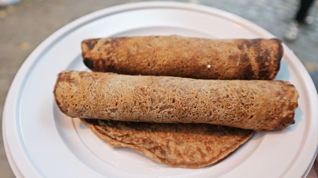 NECCI(ネッチ)は、栗の粉と水に少量の塩を入れて混ぜた生地を薄く焼いた栗のクレープ