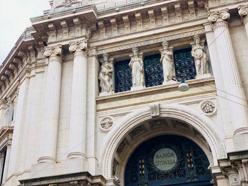 コルドゥージオ広場はイタリア銀行などもある金融街