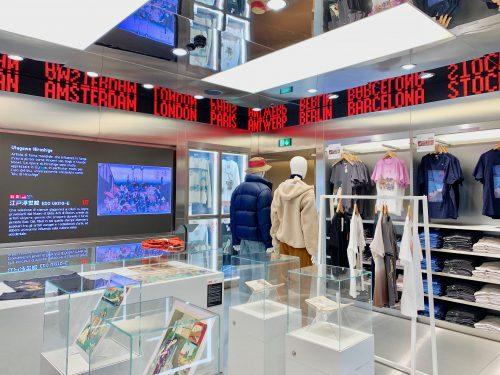 2階フロアには、海外の店舗を中心に人気の葛飾北斎の「富嶽三十六景」をモチーフしたUTコレクションのアイテムと合わせて、ブレシアのオリエンタル・アート美術館(Museo d'arte orientale)の葛飾北斎の作品が展示
