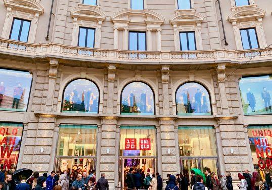 多くの人で賑わうユニクロ コルドゥージオ広場店の入口